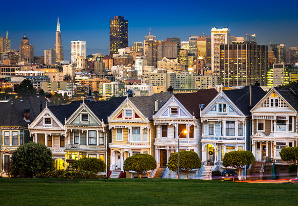 painted ladies houses in san francisco with city skyline behind