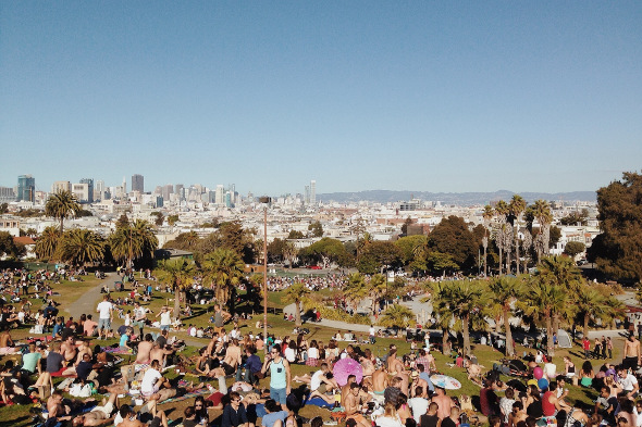 Dolores park san francisco with people have pic nics