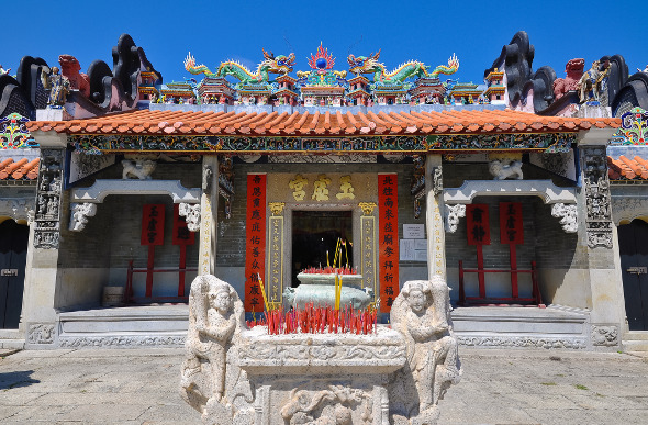 Dragons and bright colours on the facade of Pak Tai Temple
