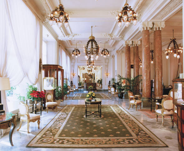 The world 39 s most opulent hotel lobbies for Chambre d hotel france