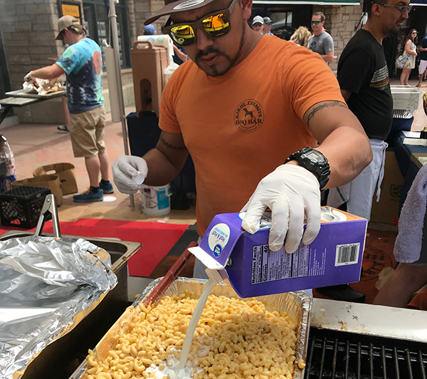man making mac'n'cheese