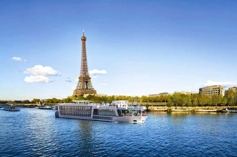 apt river cruise boat near eiffel tower paris