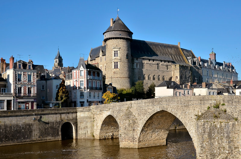 The river Mayenne at Laval, with its castle and old bridge.