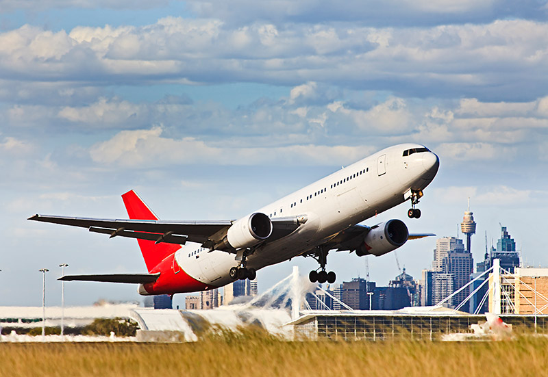 qantas plane taking off at sydney airport
