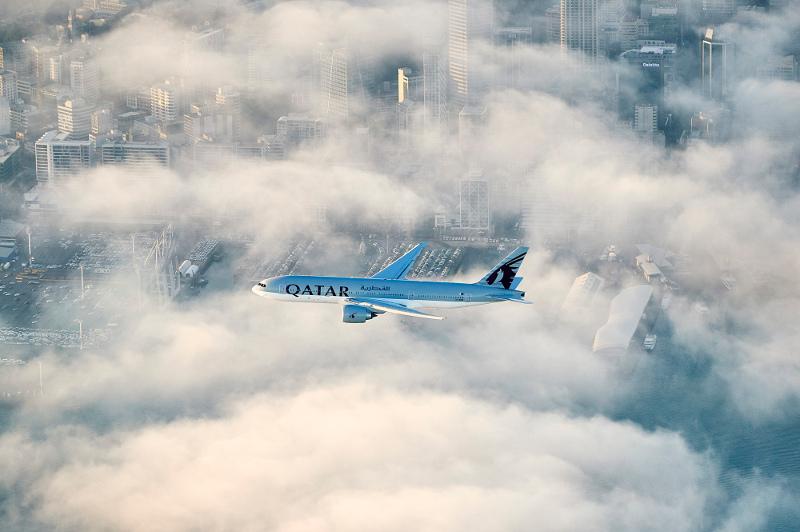 A Qatar Airways Boeing 777 makes its descent over Auckland. Image: Qatar Airways