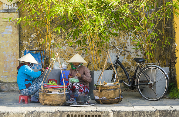 street side vendors in hoi an