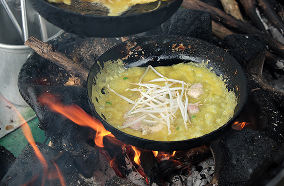 banh xeo cooking in a pan
